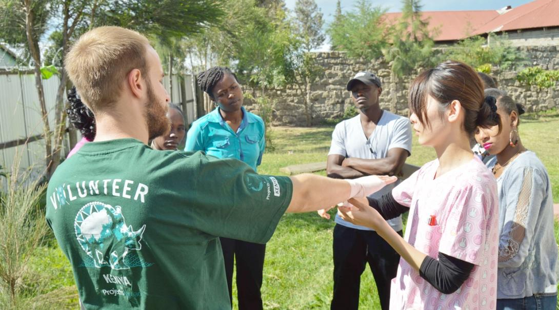 ケニアで応急処置トレーニングを行う看護師インターンたち